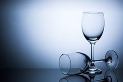 Dois vidros no espaço azul do fundo do inclinação para o texto Fotografia de Stock Royalty Free