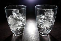 Dois vidros vazios com cubos de gelo; Imagem de Stock Royalty Free