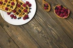 Dois waffles em uma placa branca com opinião superior dos mirtilos Imagens de Stock Royalty Free