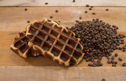 Dois waffles frescos com feijões de café Imagens de Stock Royalty Free