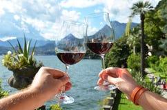 Dois wineglasses nas mãos Fotografia de Stock Royalty Free