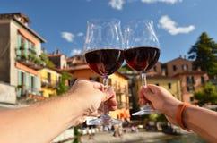 Dois wineglasses nas mãos Fotos de Stock Royalty Free