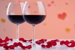Dois wineglasses no fundo dos corações Fotos de Stock Royalty Free