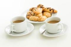 Dois xícaras de café e biscoitos Fotografia de Stock Royalty Free