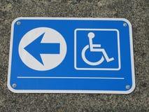 dojazdowy szyldowy wózek inwalidzki zdjęcie stock