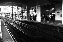 Dojeżdżającego czekanie dla pociągu przy Guadalupe staci platformą w Makati, Filipiny Zdjęcia Stock