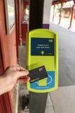 Dojeżdżającego macanie na myki czytniku kart przy dworzec platformą potwierdzać ich bilet Zdjęcia Royalty Free