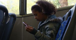 Dojeżdżający bierze bilet od kierowcy w autobusie 4k zdjęcie wideo