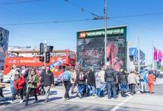 Dojeżdżający i turyści krzyżuje drogę na zewnątrz Melbourne gościa Centre Fotografia Royalty Free
