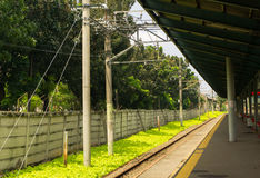 Dojeżdżający kolej z zielonym krzaka widokiem od stacyjnej fotografii brać w Depok Indonezja Fotografia Royalty Free