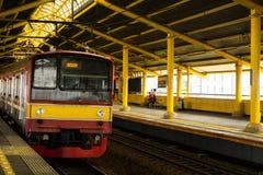 Dojeżdżający linia przyjeżdża przy dworzec fotografią brać w Dżakarta Indonezja Fotografia Stock
