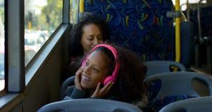 Dojeżdżający ma słodka bułeczka w autobusie 4k podczas gdy podróżujący zbiory