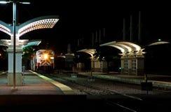 dojeżdżający nocy stacji pociągu Fotografia Royalty Free