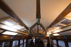 Dojeżdżający rękojeść na dziejowym żółtym tramwaju Zdjęcia Stock