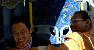 Dojeżdżający używa telefon komórkowego przy przystankiem autobusowym 4k zbiory wideo