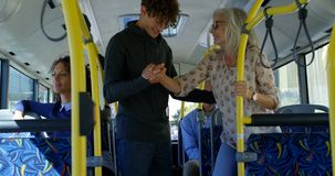 Dojeżdżający wsiada autobus 4k zdjęcie wideo