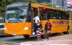 Dojeżdżający wspina się z autobusu w centrum miasta fotografia stock