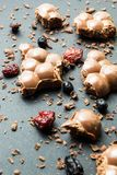 Dojna czekolada z wysuszonymi owoc na czarnym tle, pionowo fotografia stock
