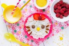 Dojna ryżowa owsianka dla dzieciaka zdrowego śniadania kształtował ślicznej kiciuni Fotografia Stock