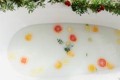 Dojna woda w skąpaniu, który pływają cytrusa: wapno, cytryna i grapefruitowy, Skóry opieka i relaksu skąpanie wypełnialiśmy z wod Obrazy Stock