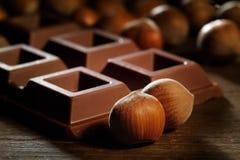 Dojny czekoladowy bar z hazelnuts fotografia royalty free