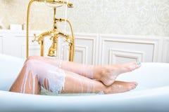 Dojny dolewanie na kobiet nogach Obrazy Royalty Free
