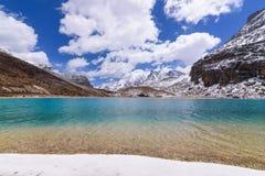 Dojny jezioro na wierzchołku, zieleń i błękit z śniegiem, wyrzucać na brzeg na wierzchołku sn Obraz Stock