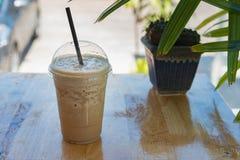 Dojny kawowy smoothie w plastikowej filiżance fotografia stock