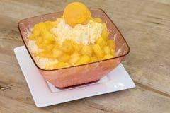 Dojny lody i pudding z słodkim mango zdjęcie royalty free