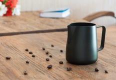 Dojny miotacz na drewnianym stolik do kawy Zdjęcie Royalty Free
