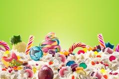 Dojny potrząśnięcie z cukierkami i batożącą śmietanką, frontowy widok Szalonego freakshake karmowy trend Odgórny widok batożąca ś Obrazy Royalty Free