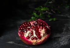 Dojrzała granatowiec owoc na czarnym tle jarosz vite zdrowa żywność diety jedzenie fotografia royalty free