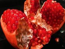 Dojrzały Czerwony Granet lub Garnet Owoc Czerwony Dojrzały granatowiec odizolowywają na Białym tle Jarski pojęcie, Organicznie obraz stock
