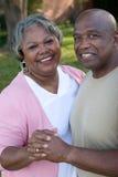 Dojrzała amerykanin afrykańskiego pochodzenia para śmia się i ściska zdjęcie stock
