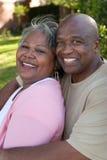 Dojrzała amerykanin afrykańskiego pochodzenia para śmia się i ściska obraz royalty free