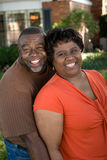 Dojrzała amerykanin afrykańskiego pochodzenia para śmia się i ściska obrazy stock