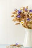 Dojrzała banatka w białej wazie na drewnianym tle Obraz Royalty Free