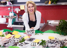Dojrzała blondynek sprzedaży kobieta pracuje w rybim sklepie Zdjęcie Royalty Free