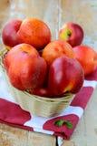 dojrzała brzoskwini koszykowa świeża czerwień Fotografia Stock