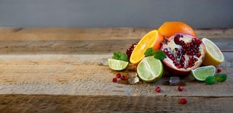 Dojrzała cytrus owoc na Starym Drewnianym stole Pomarańcze, wapno, cytryny mennica zdrowa żywność Lata tło obraz royalty free