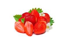 Dojrzała czerwień świeże truskawki z liśćmi pojedynczy białe tło Zdjęcie Royalty Free