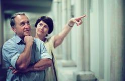 Dojrzała emeryt rodzina odwiedza dziejową wystawę w Museu Obrazy Royalty Free
