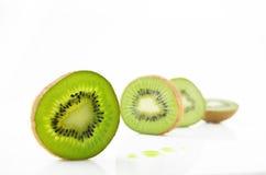 Dojrzała i soczysta kiwi owoc i swój części zdjęcie stock