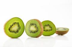 Dojrzała i soczysta kiwi owoc i swój części obrazy stock