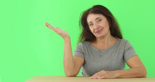 Dojrzała kobieta pokazuje wskazywać przedstawiający studio zbiory