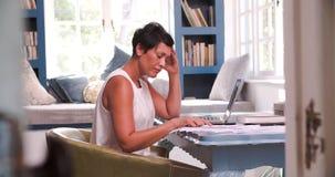 Dojrzała kobieta Przy biurkiem Pracuje W ministerstwie spraw wewnętrznych Z laptopem zbiory wideo
