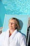 Dojrzała kobieta relaksuje pływackim basenem Fotografia Royalty Free