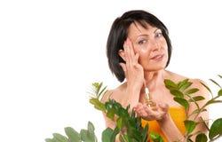 Dojrzała kobieta robi odmładzanie zdroju procedurze zdjęcia stock