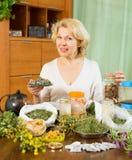 Dojrzała kobieta robi ziołowej herbaty Zdjęcie Royalty Free