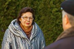 Dojrzała kobieta w miasto parku zdjęcie stock